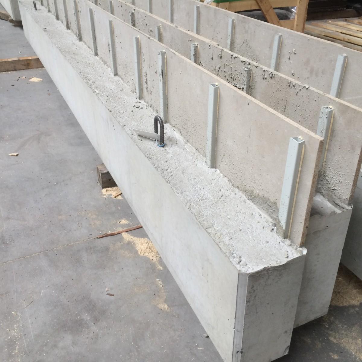 Poutres en beton préfabriquées avec coffrage de radier intégré