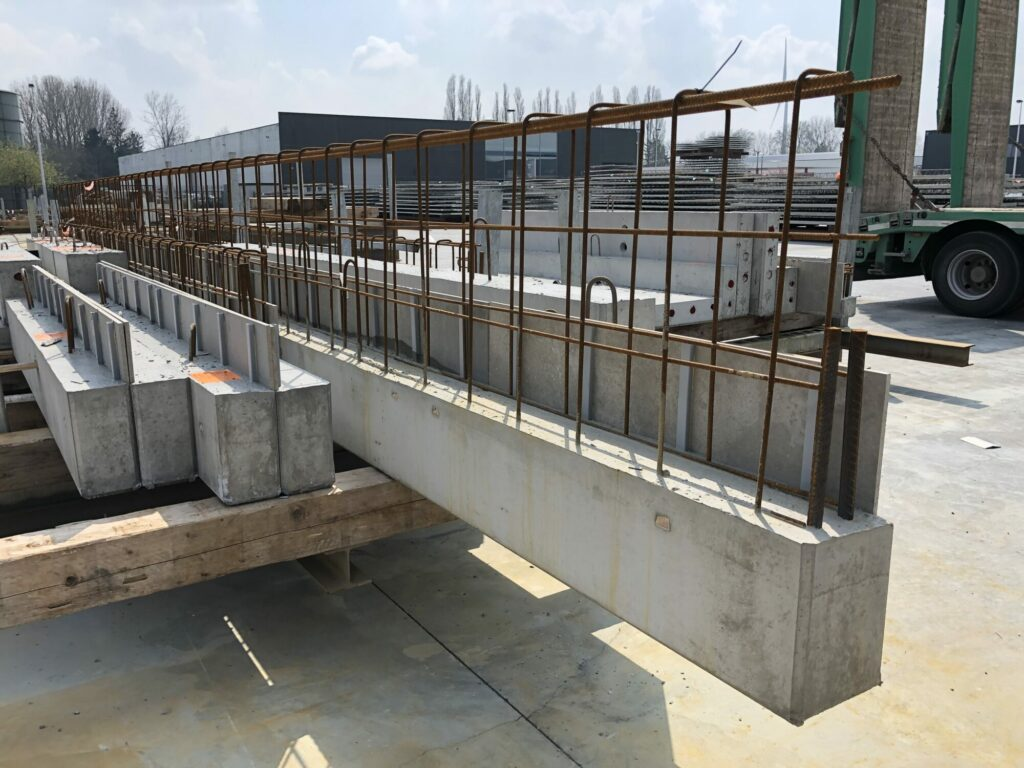 Prefab betonbalken met randbekisting